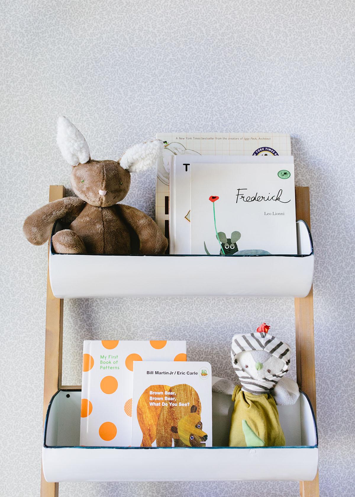 étagères à bacs pour livres et jouets pour bébés | relooking pépinière chalet vintage sur coco kelley
