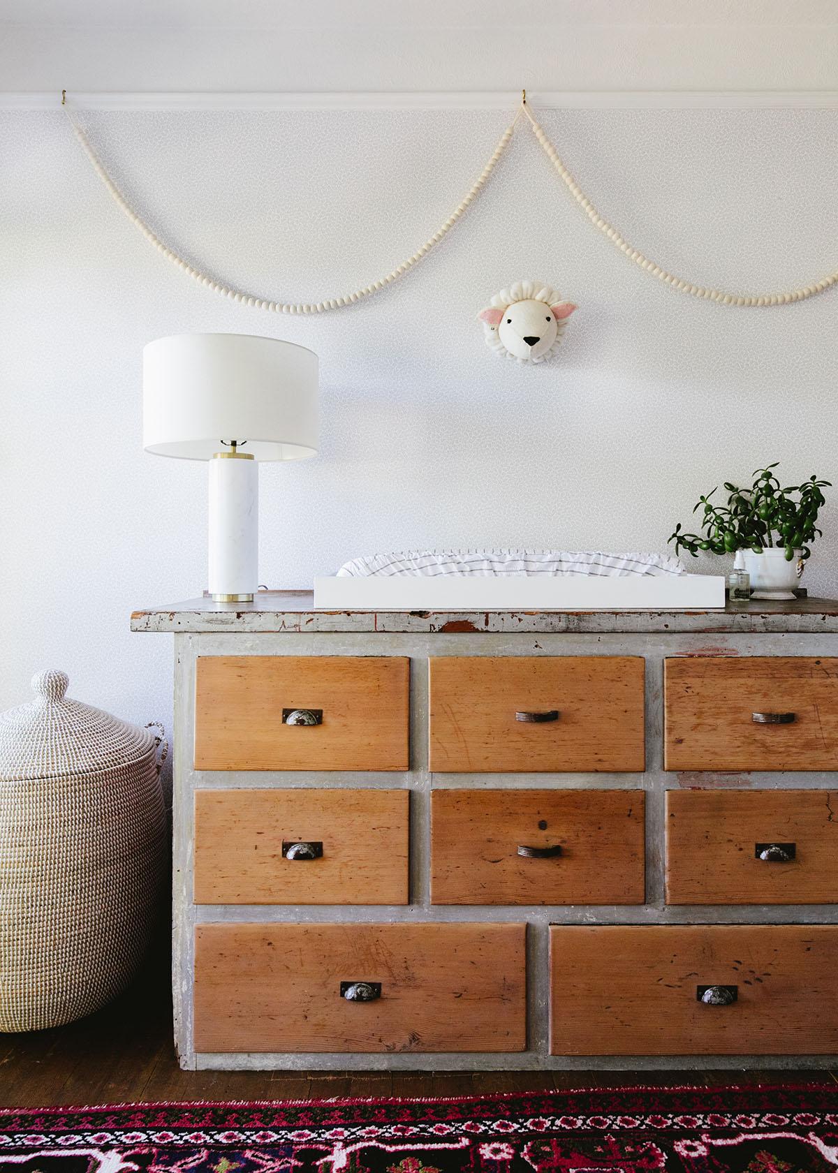 Boho Cottage pépinière avec stockage vintage | Coco Kelley