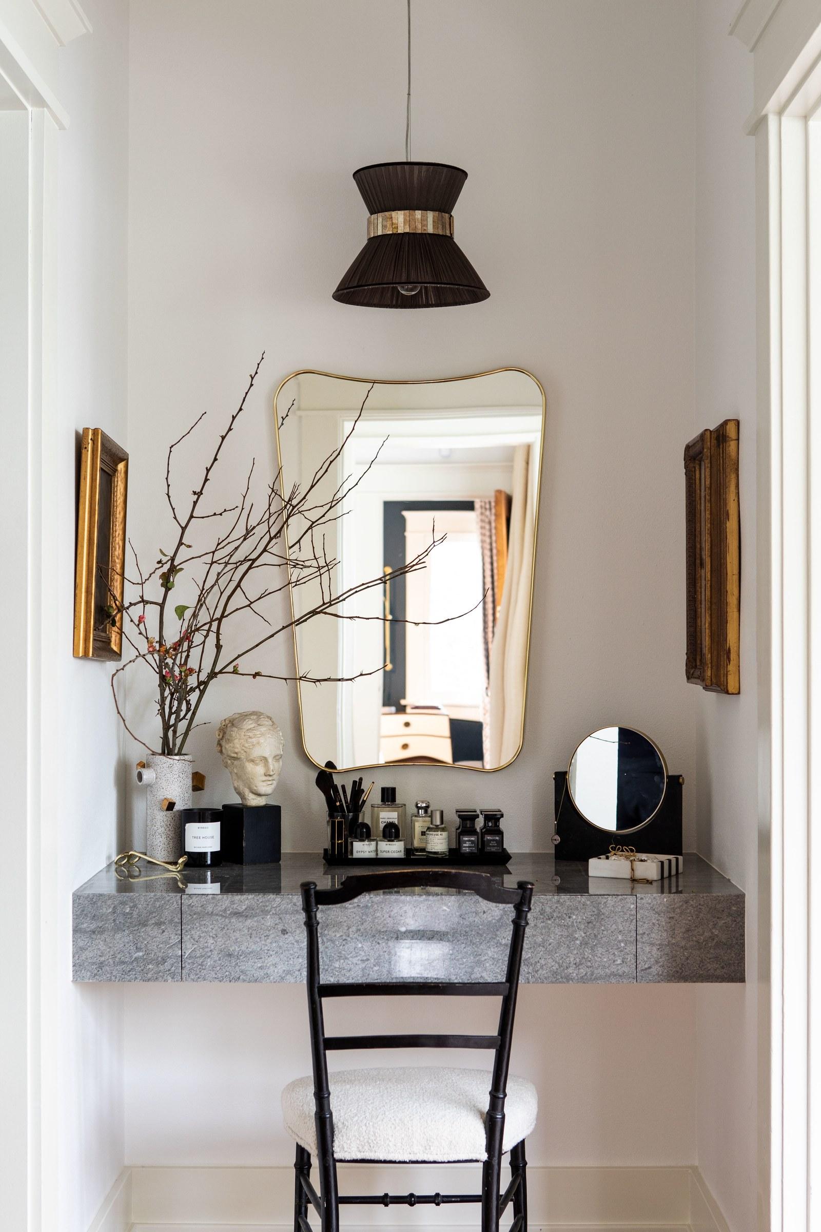 vanité flottante en marbre chunky | visite de maison d'artisan historique moderne jacey duprie