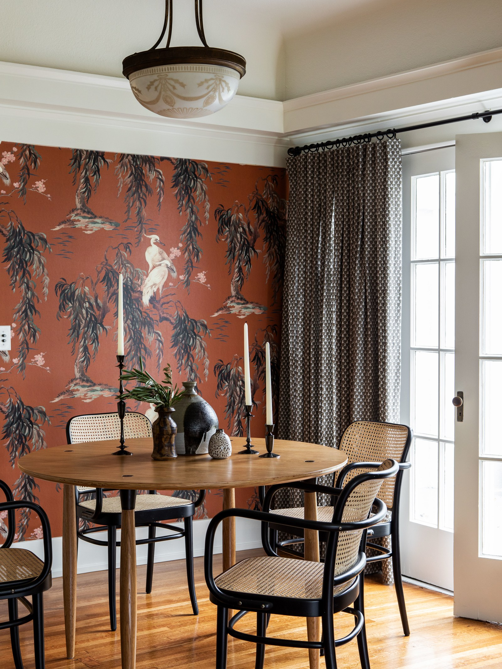 salle à manger classique avec mobilier moderne et grue Papier peint | visite de maison d'artisan historique moderne jacey duprie