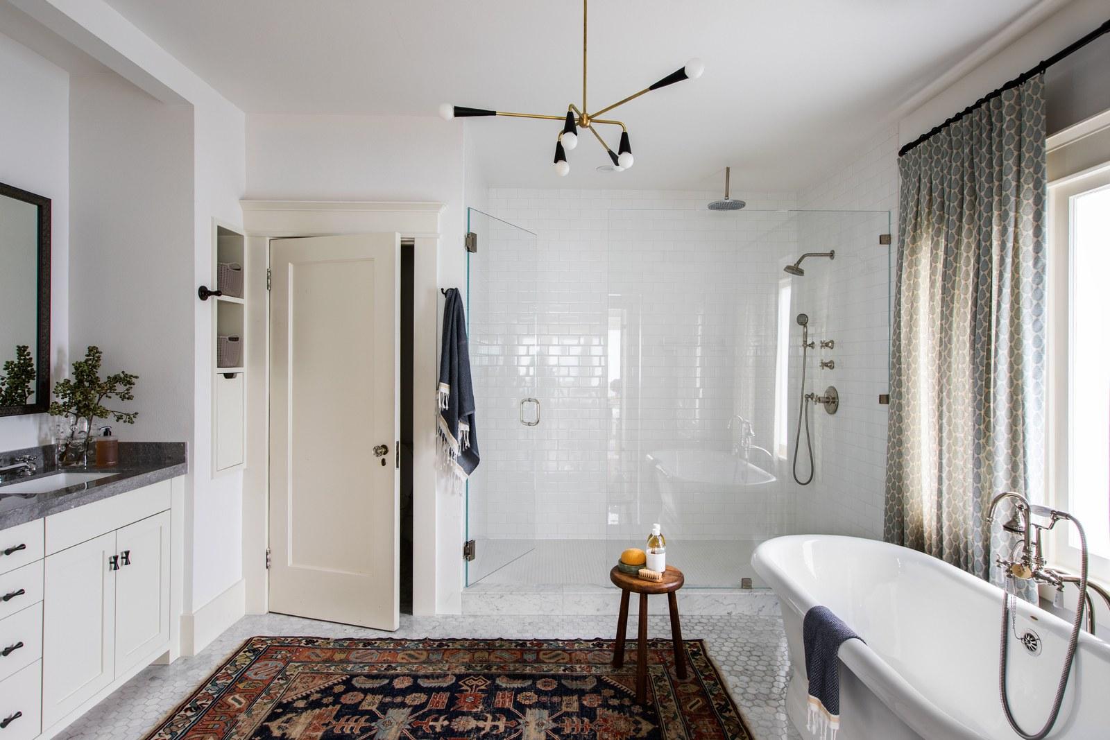 bain blanc classique avec tapis vintage | visite de maison d'artisan historique moderne jacey duprie
