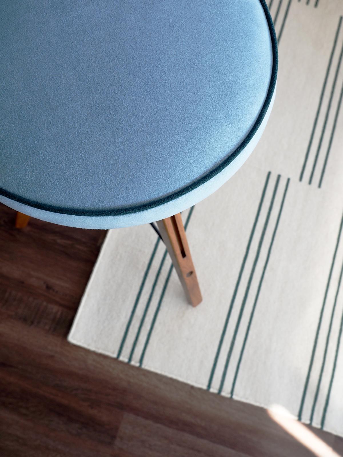 Appartement nautique moderne avec des tabourets personnalisés de Ultrasuede | Coco Kelley