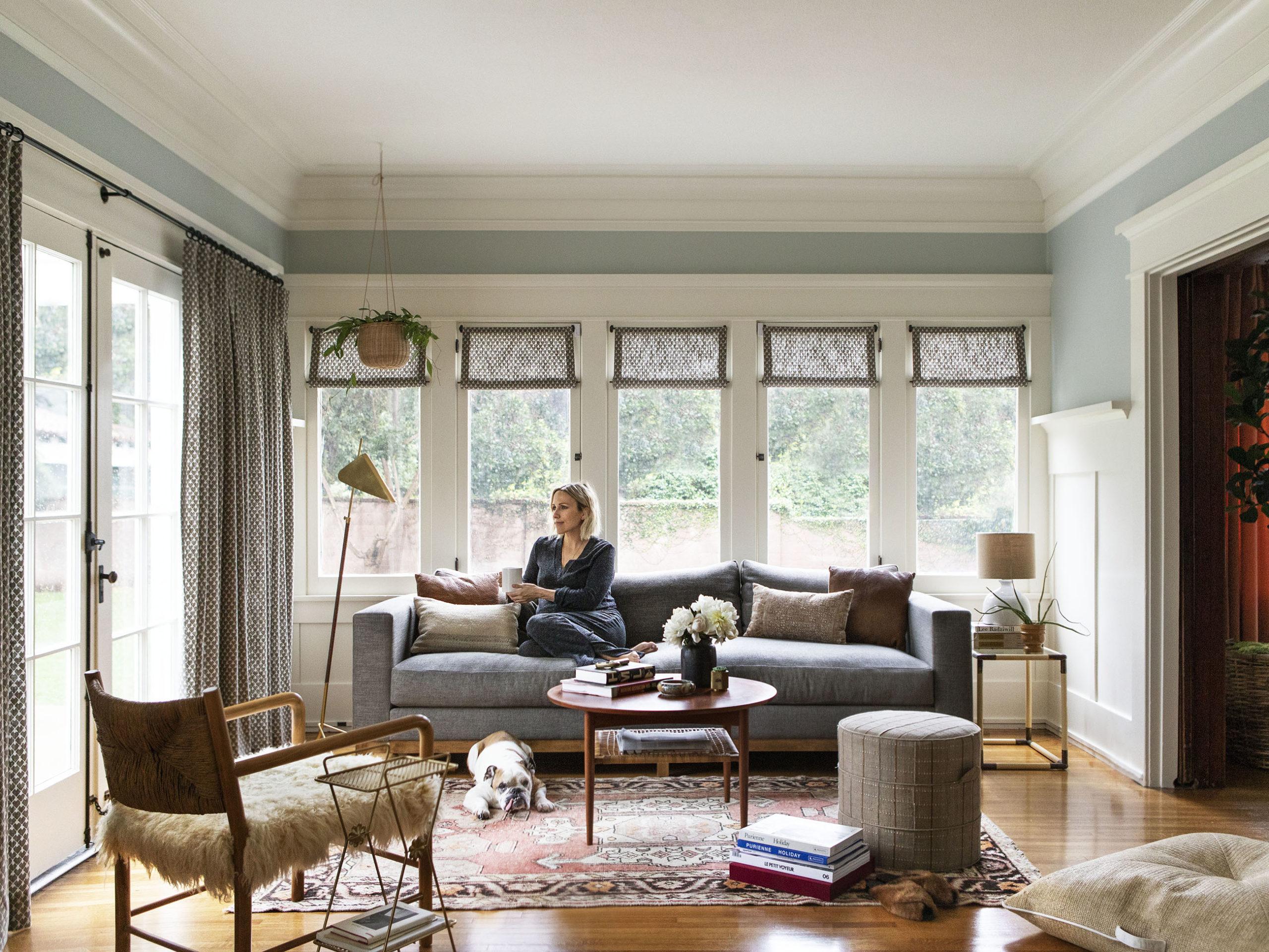 salon confortable avec des touches personnalisées | visite de maison d'artisan historique moderne jacey duprie