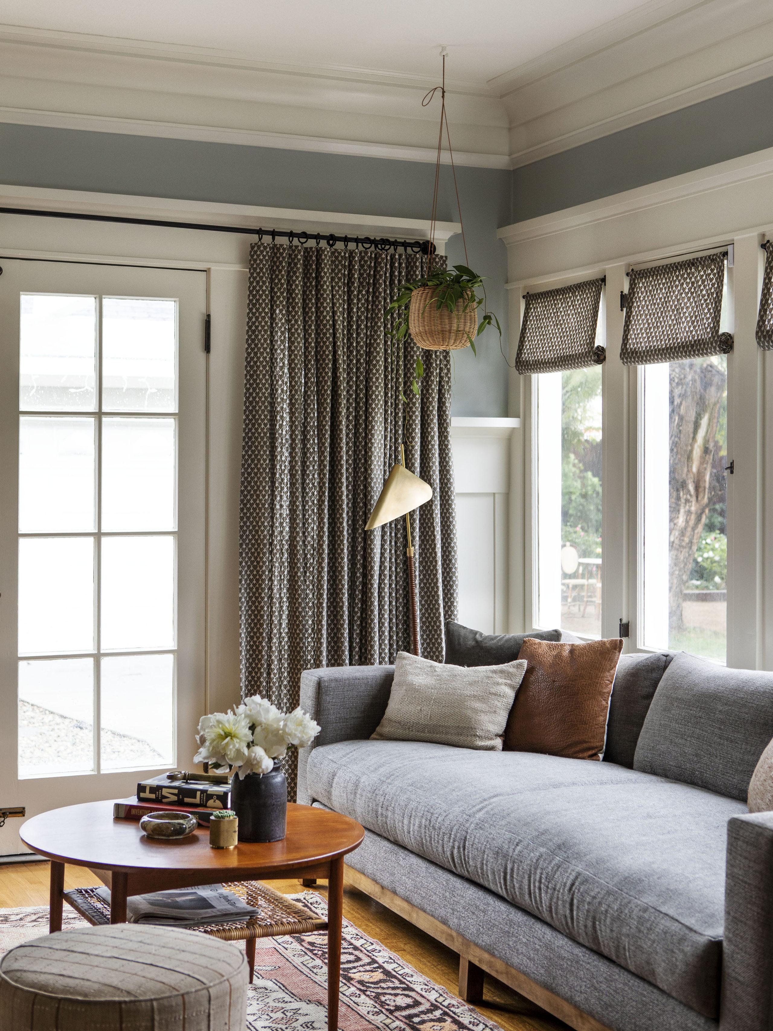 salon confortable avec draperie personnalisée | visite de maison d'artisan historique moderne jacey duprie