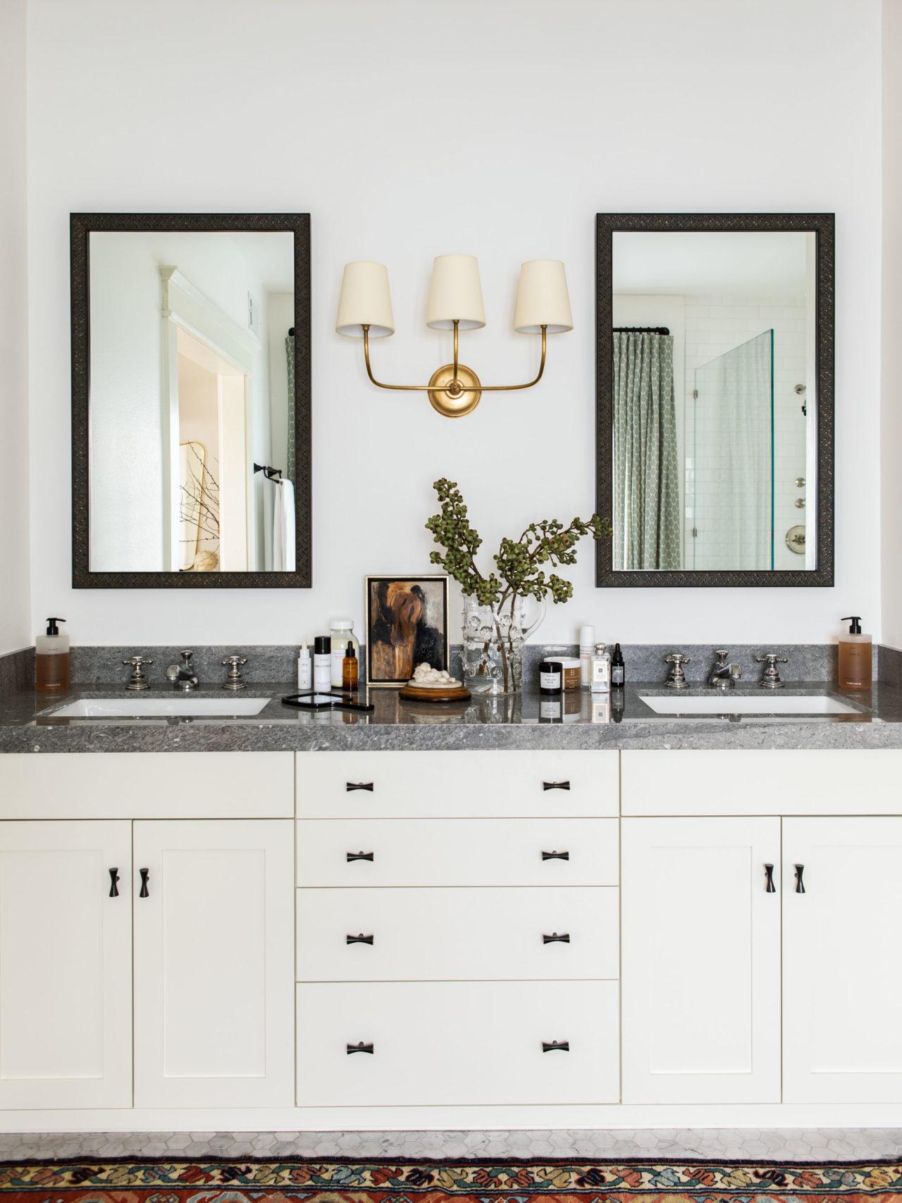 double vanité en noir et blanc | visite de maison d'artisan historique moderne jacey duprie
