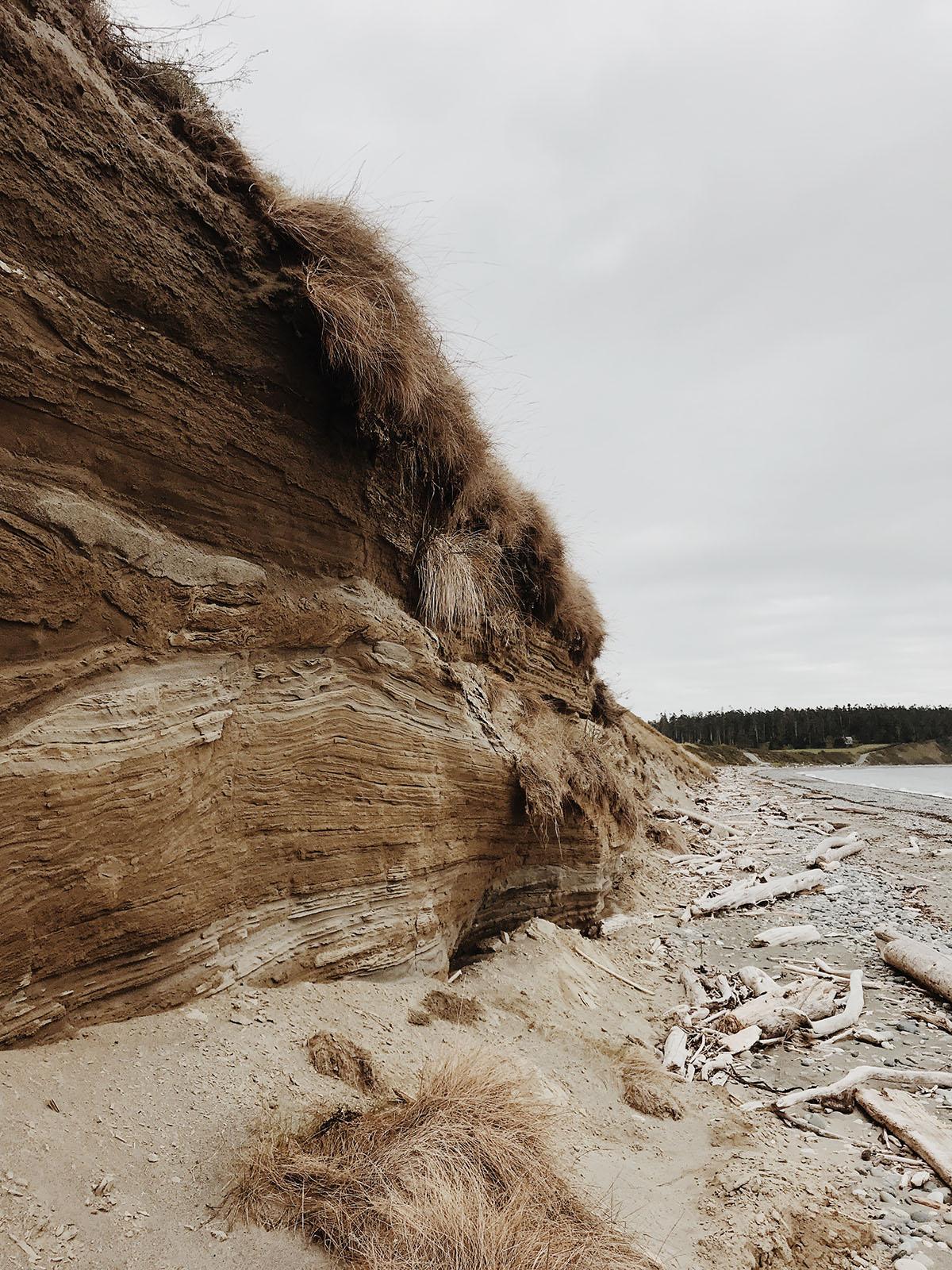 Le bluff et la promenade sur la plage d'Ebey sur l'île Whidbey
