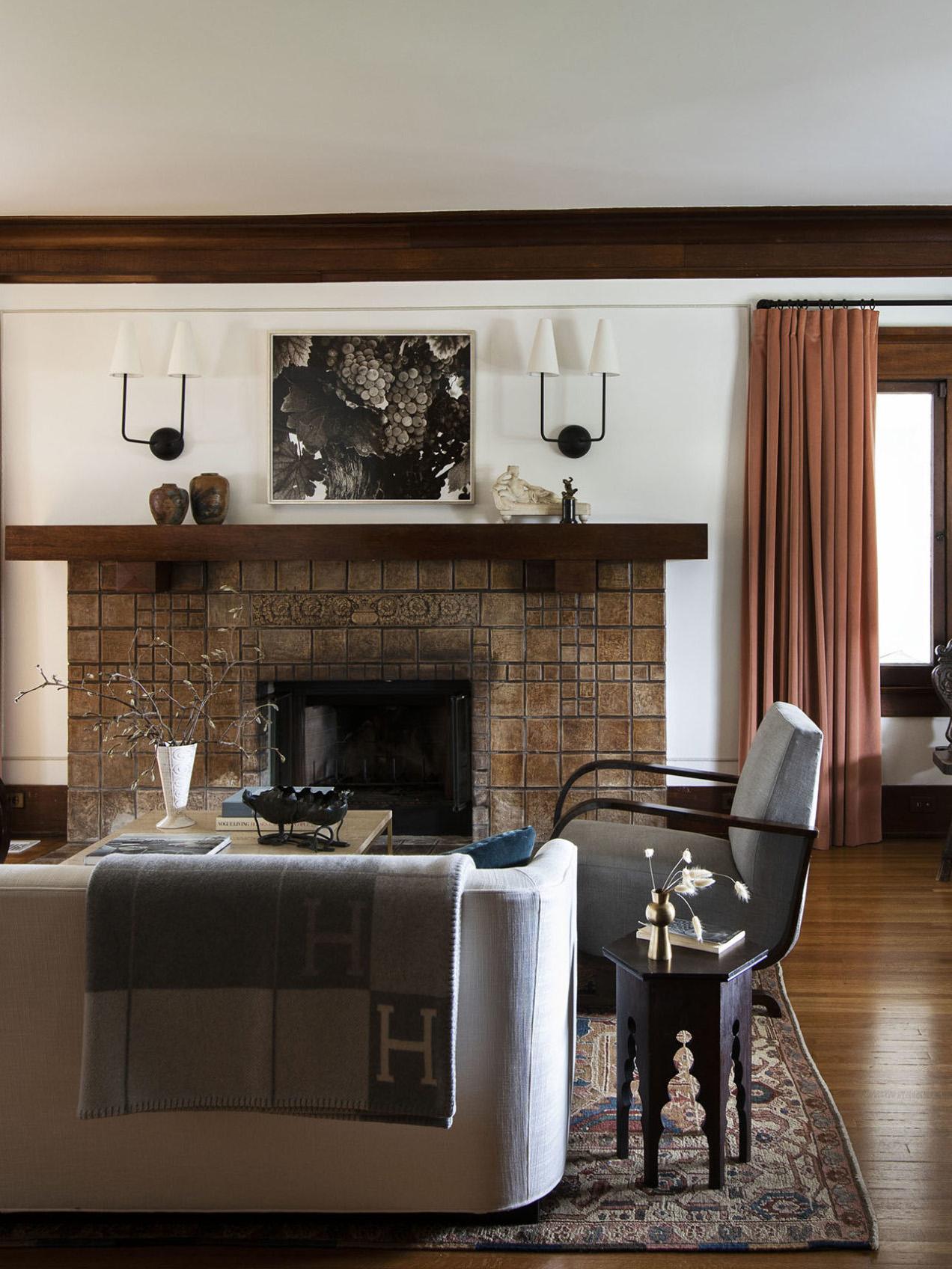cheminée historique et appliques modernes | visite de maison d'artisan historique moderne jacey duprie