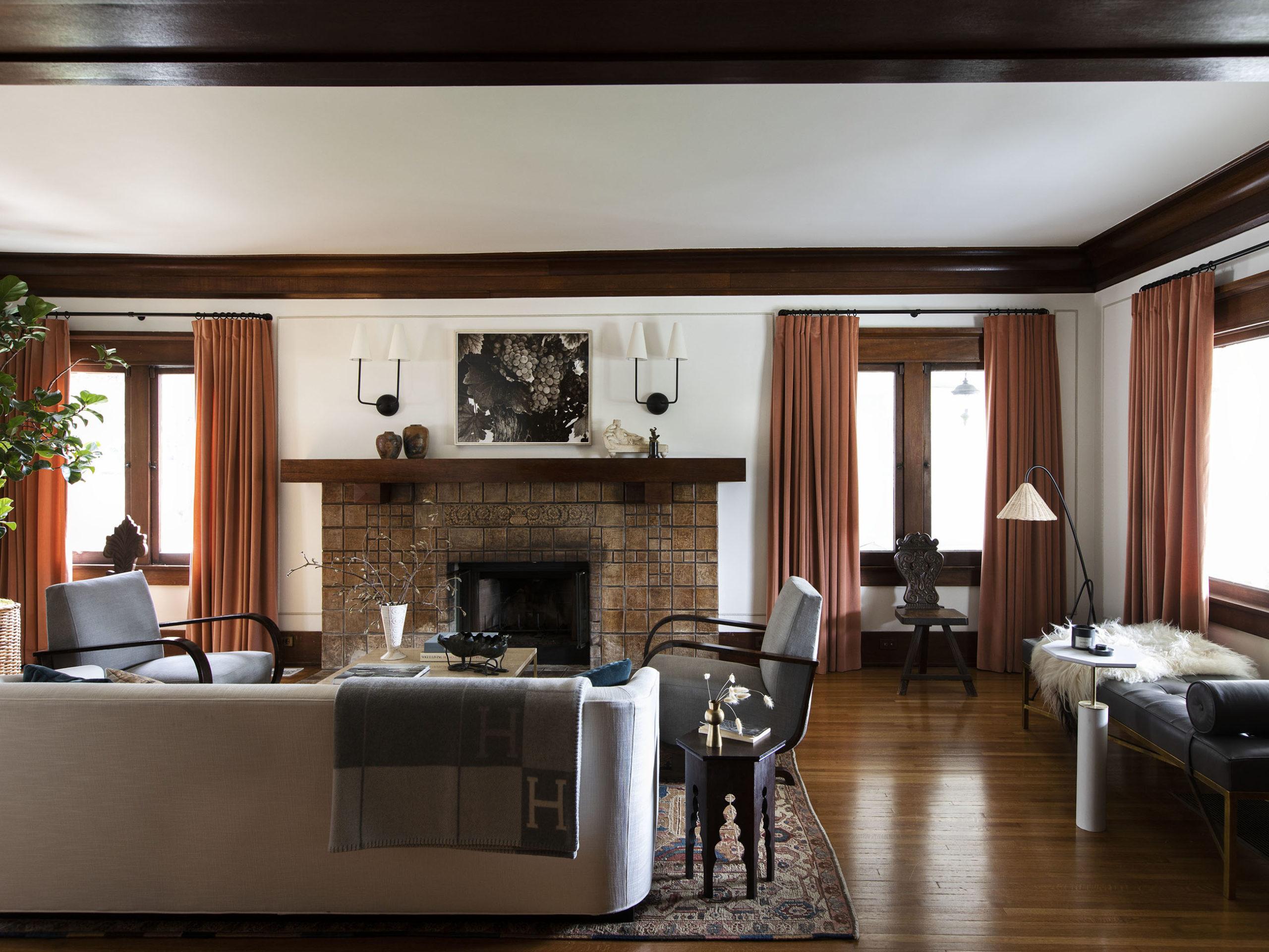 cheminée historique et rideaux de terre cuite | visite de maison d'artisan historique moderne jacey duprie