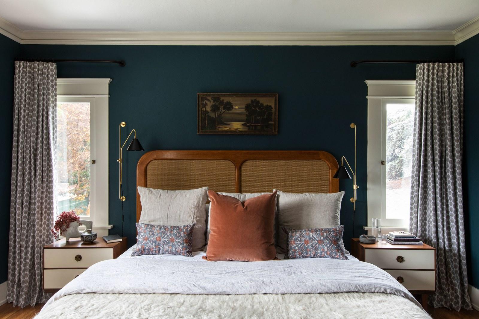 lit midcentury et sarcelle bleu foncé dans la chambre à coucher | visite de maison d'artisan historique moderne jacey duprie