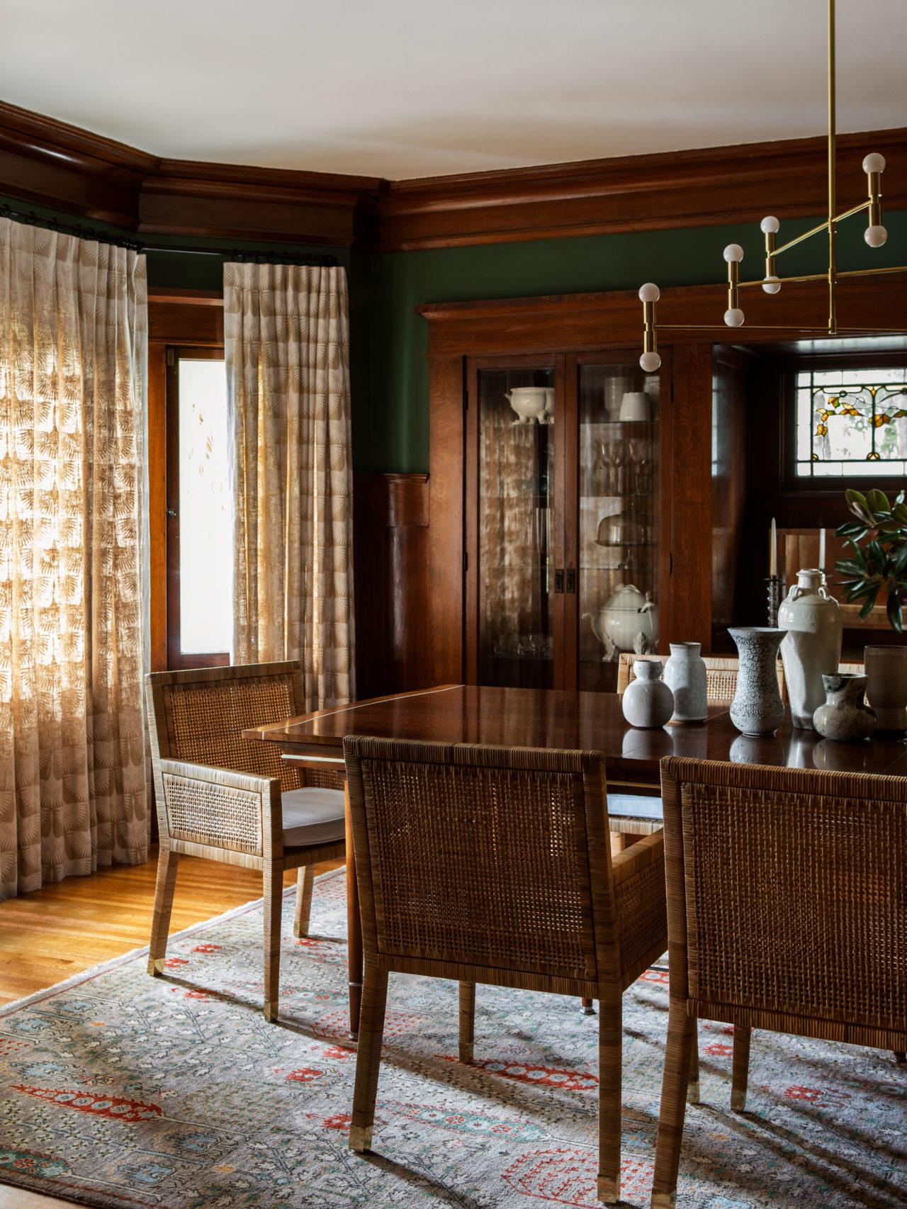 salle à manger sombre et sombre avec chaises tissées en bois sombre et murs verts | visite de maison d'artisan historique moderne jacey duprie
