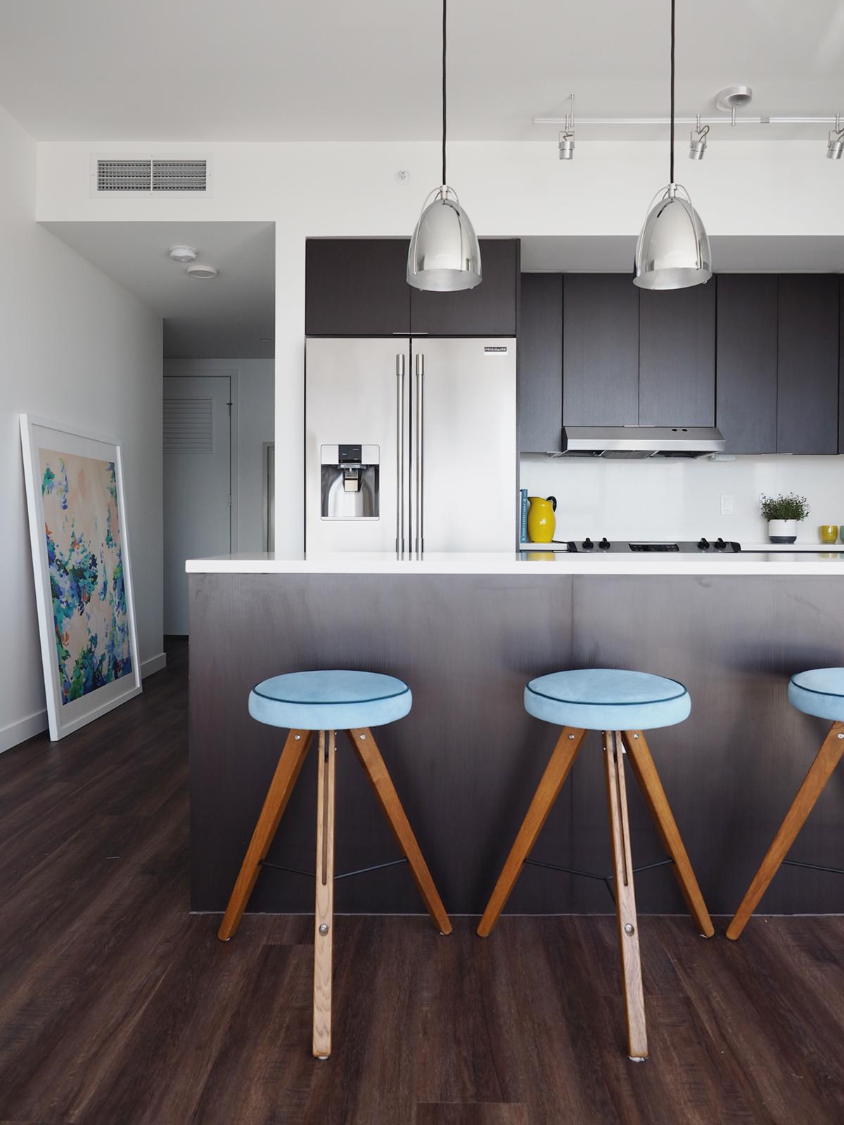 Appartement nautique moderne avec des tabourets personnalisés en ultrasuede | Coco Kelley