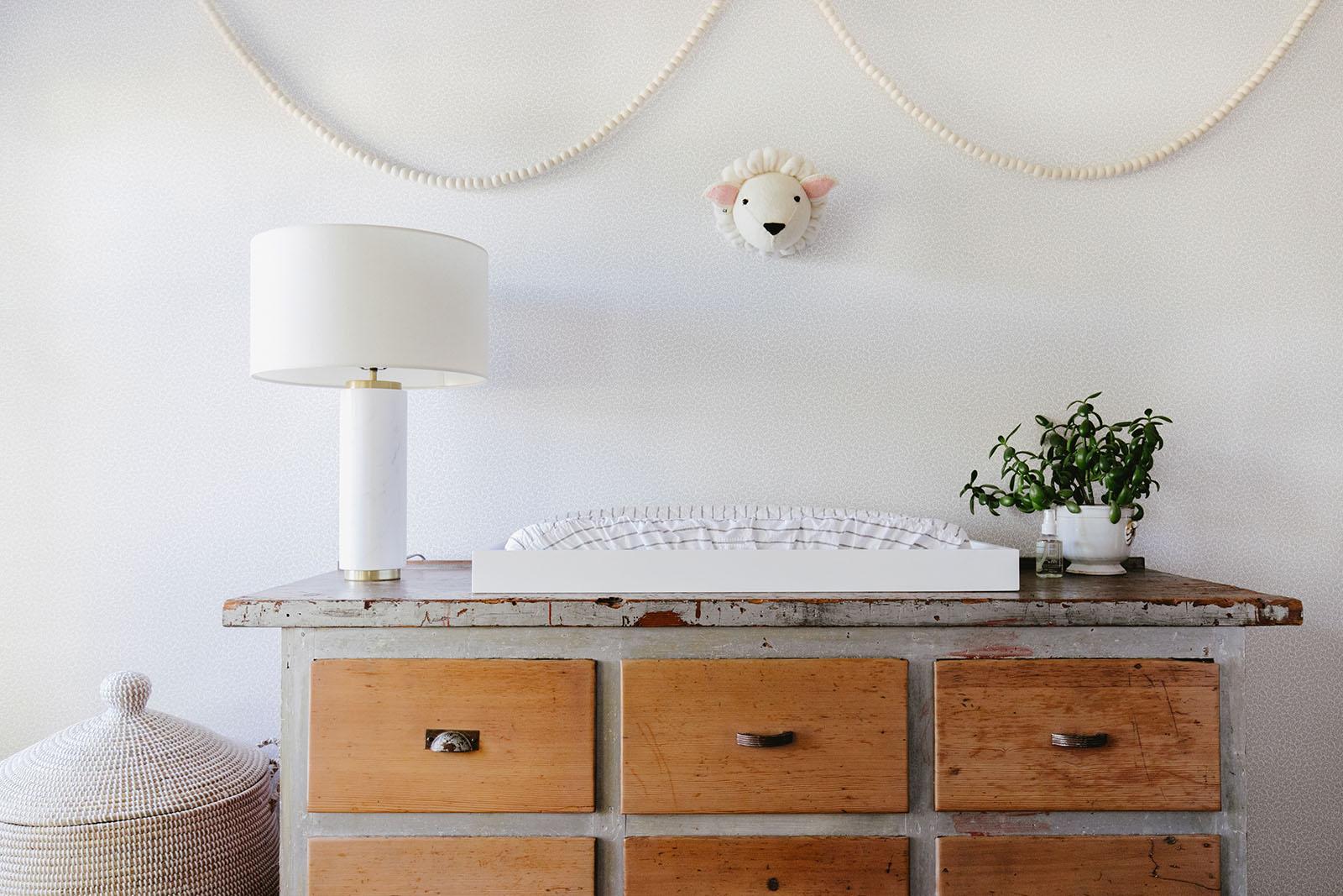 douce chambre d'enfant moderne avec guirlande d'agneau et de pom pom | Coco Kelley