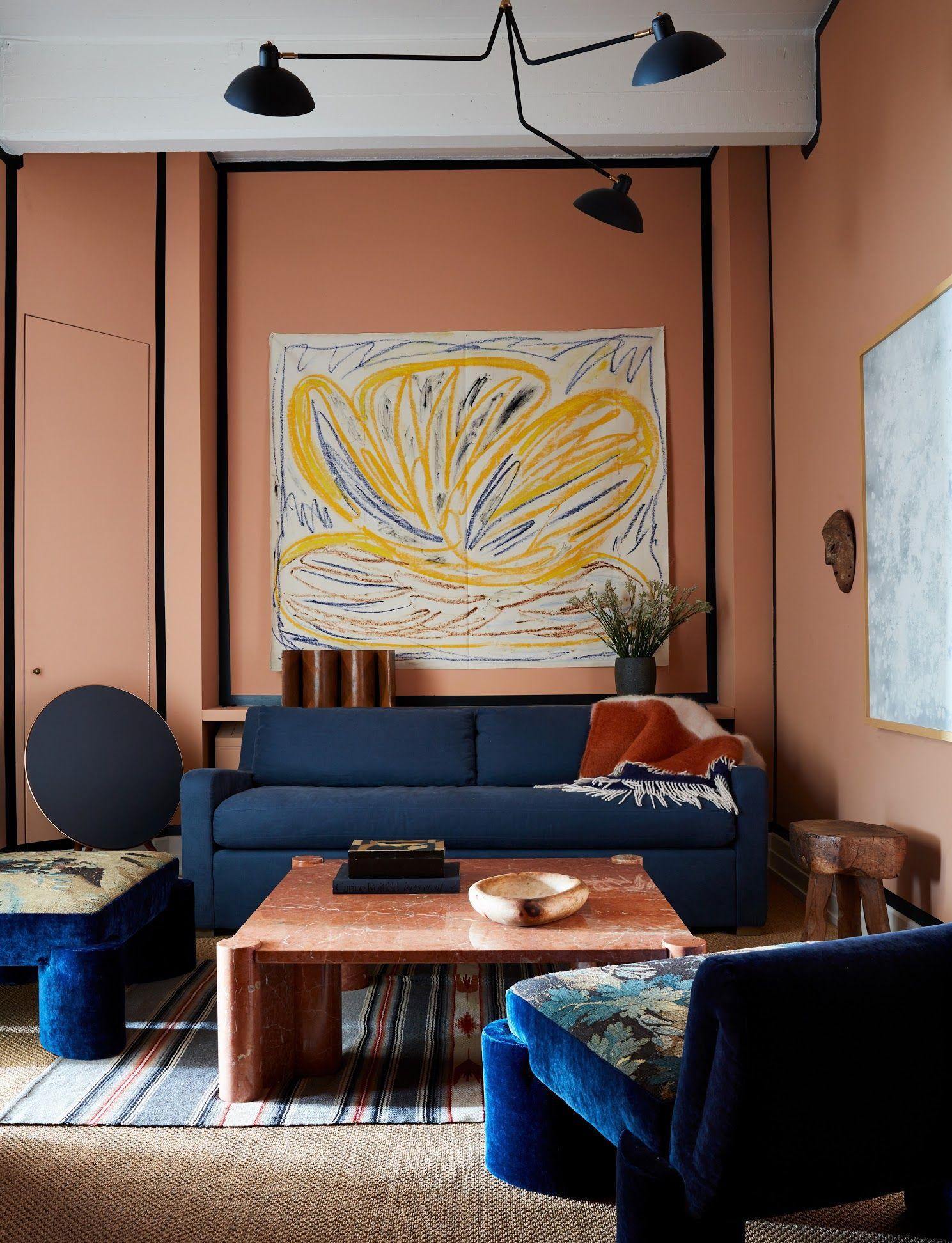 Peinture de balle et de saumon de saumon mort avec un riche canapé bleu