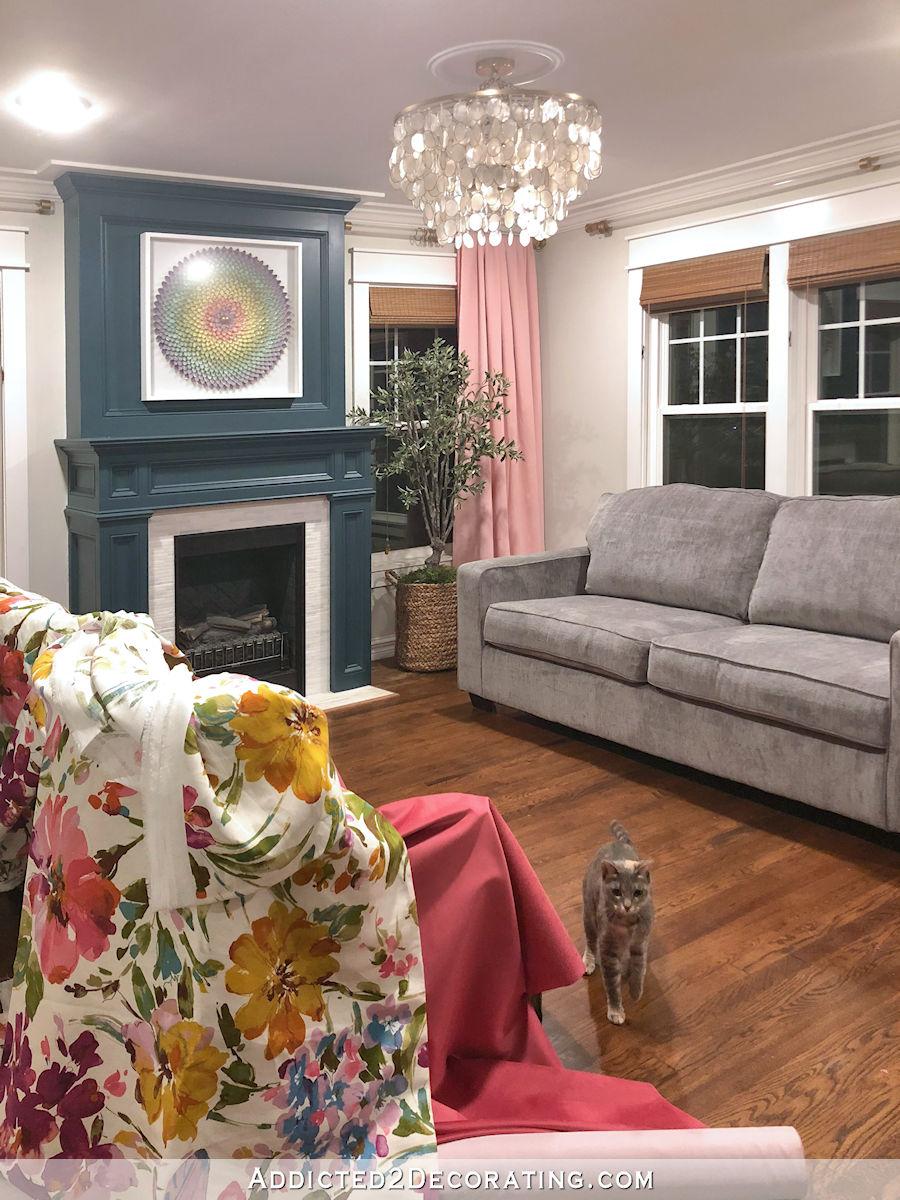 Nouveau canapé de salon en chenille grise avec le velours framboise et les tissus des chaises à fleurs