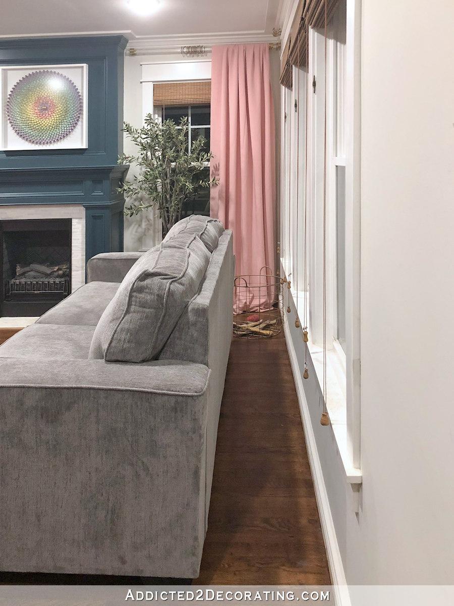 espace entre le mur et le canapé - idéal pour une table longue
