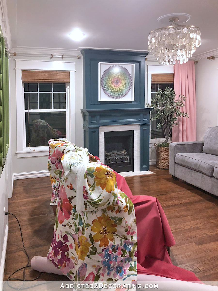 Chaises de salon recouvertes de tissu neuf - velours framboise et fleurs colorées