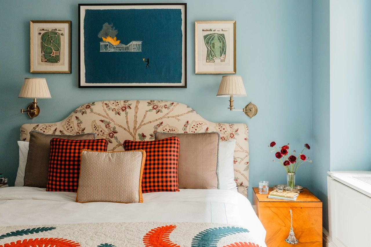 murs bleus dans une chambre avec des accents d'orange | design par cece barfield