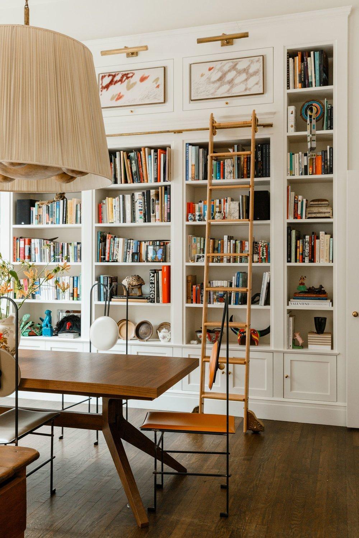 bibliothèque intégrée et échelle de la bibliothèque dans la salle à manger | james hirschfeld via dig digte