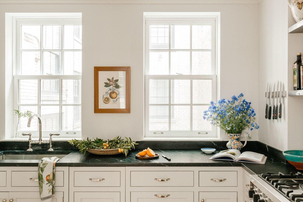 une cuisine ouverte classique avec des comptoirs en marbre vert et du matériel en nickel | Cece Barfield