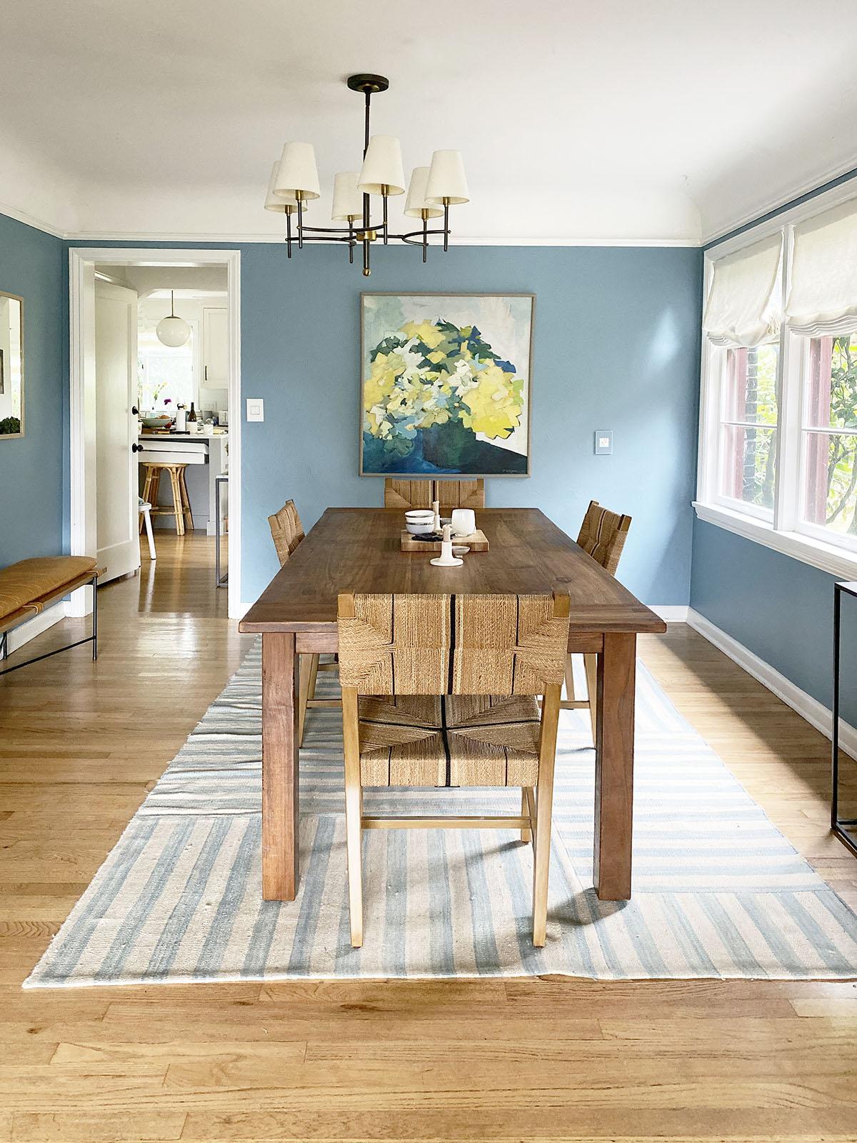 Coco Kelley décontracté bleu salle à manger avec des accents de bois chaud