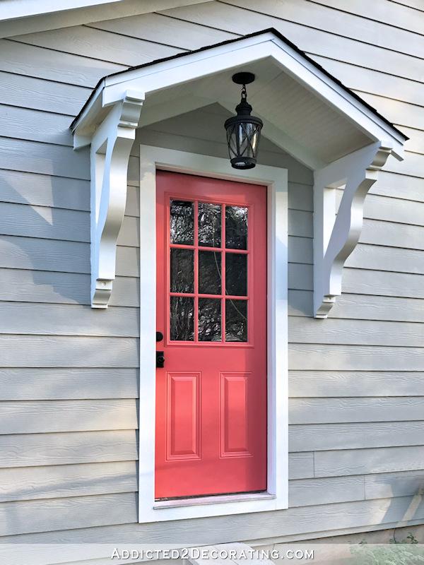 Portique au-dessus de la porte extérieure avec suspension noire et porte en corail