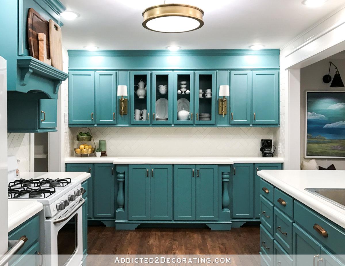rénovation de la cuisine avec armoires de sarcelle d'hiver et carreaux de métro blancs sur les murs