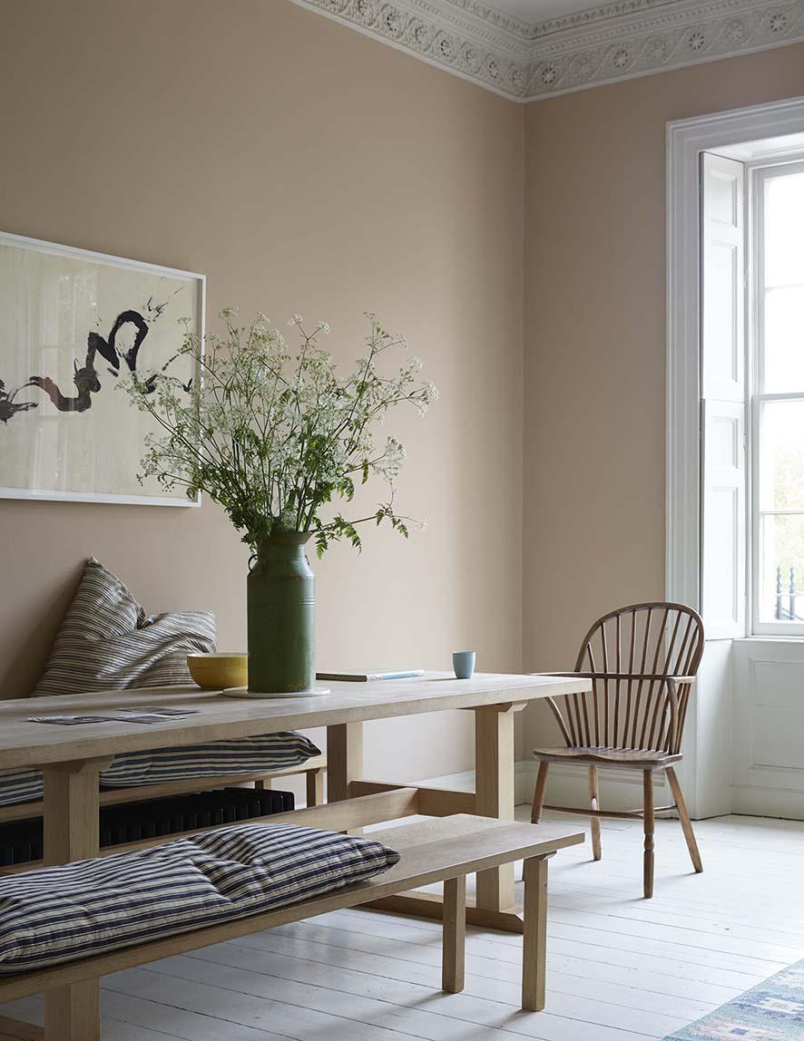 murs rose pêche pâle et une salle à manger anglaise moderne