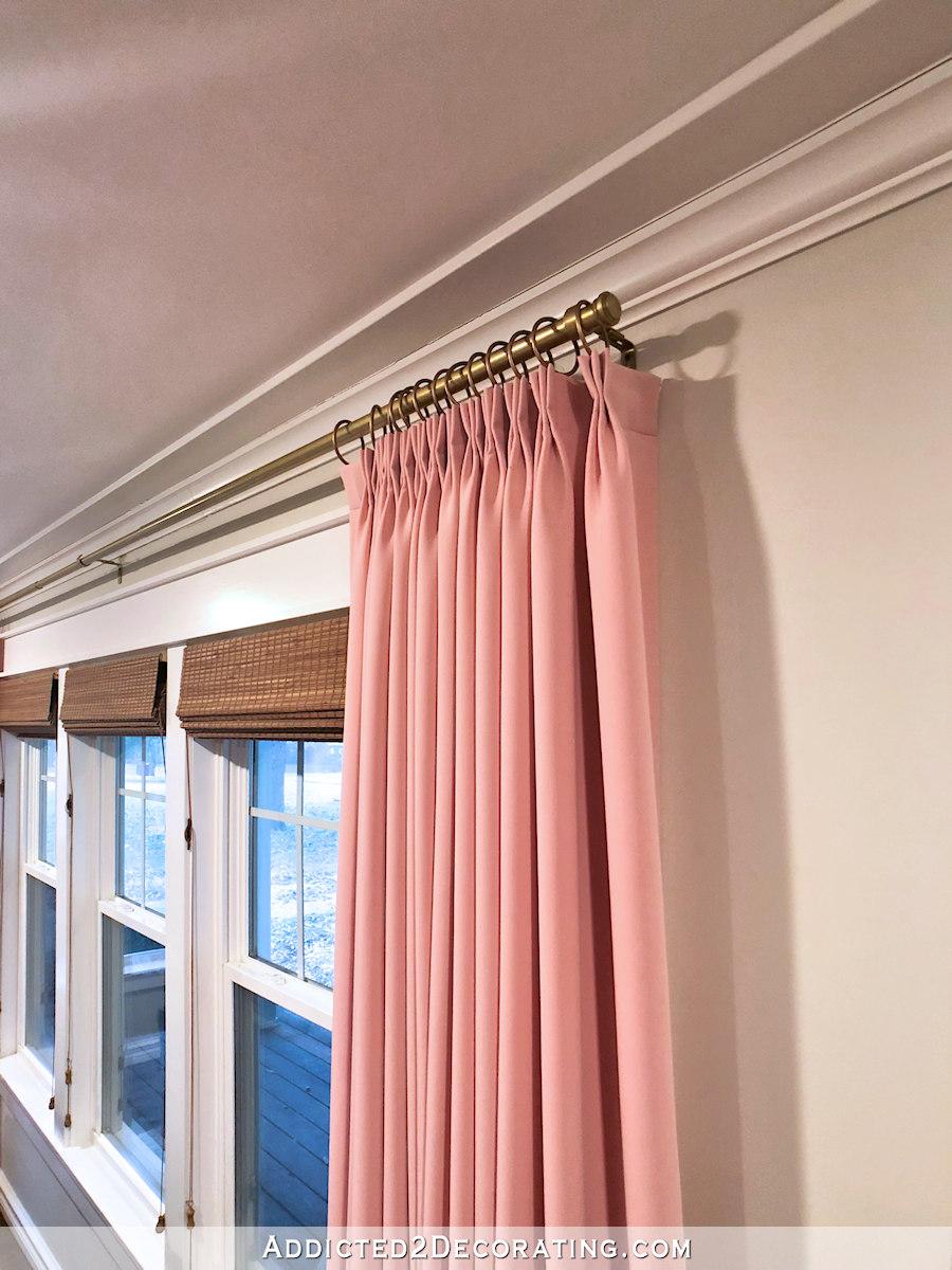 salon avec des rideaux roses