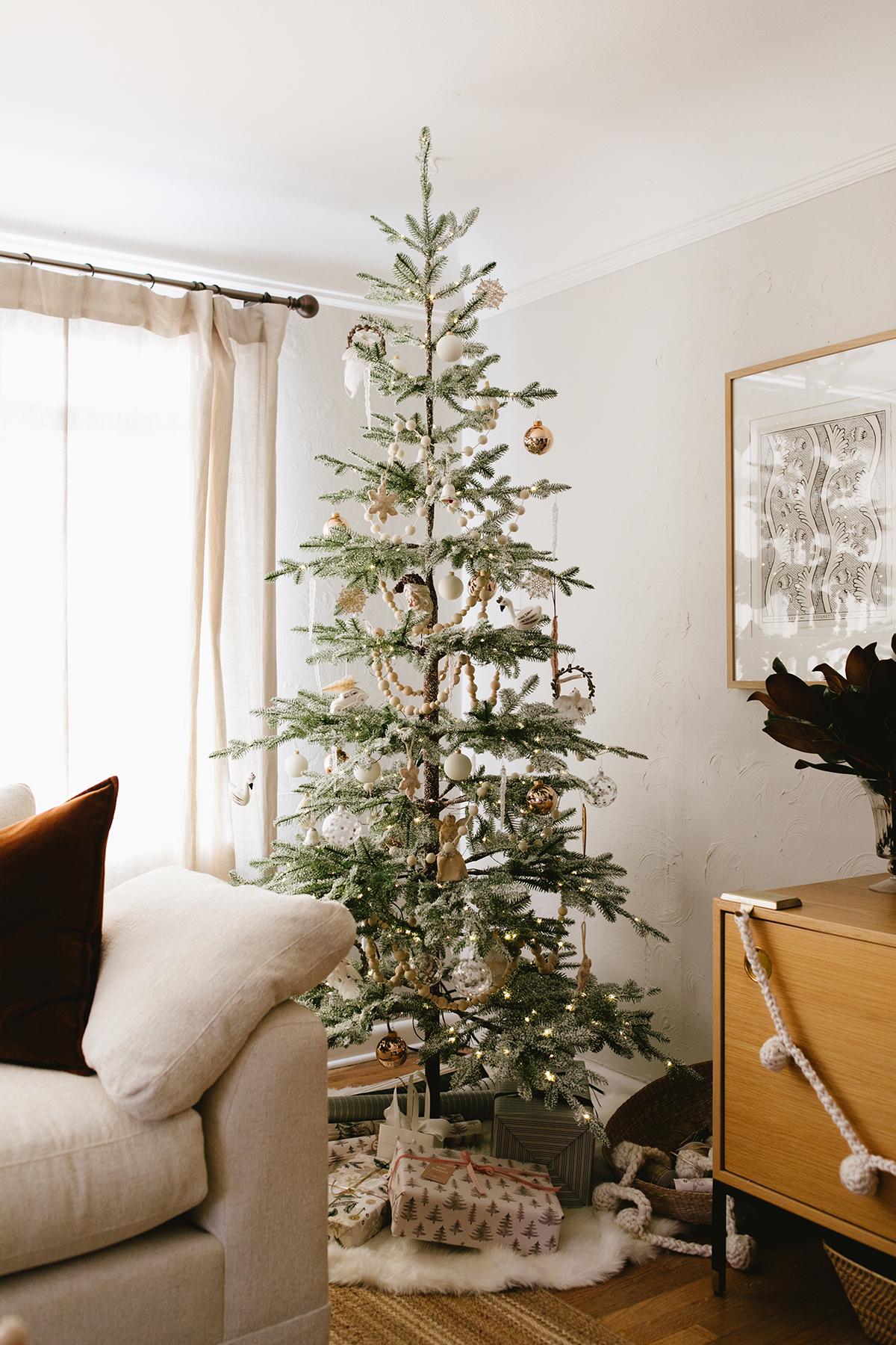 décor de salon de Noël confortable avec caisse et baril | coco kelley