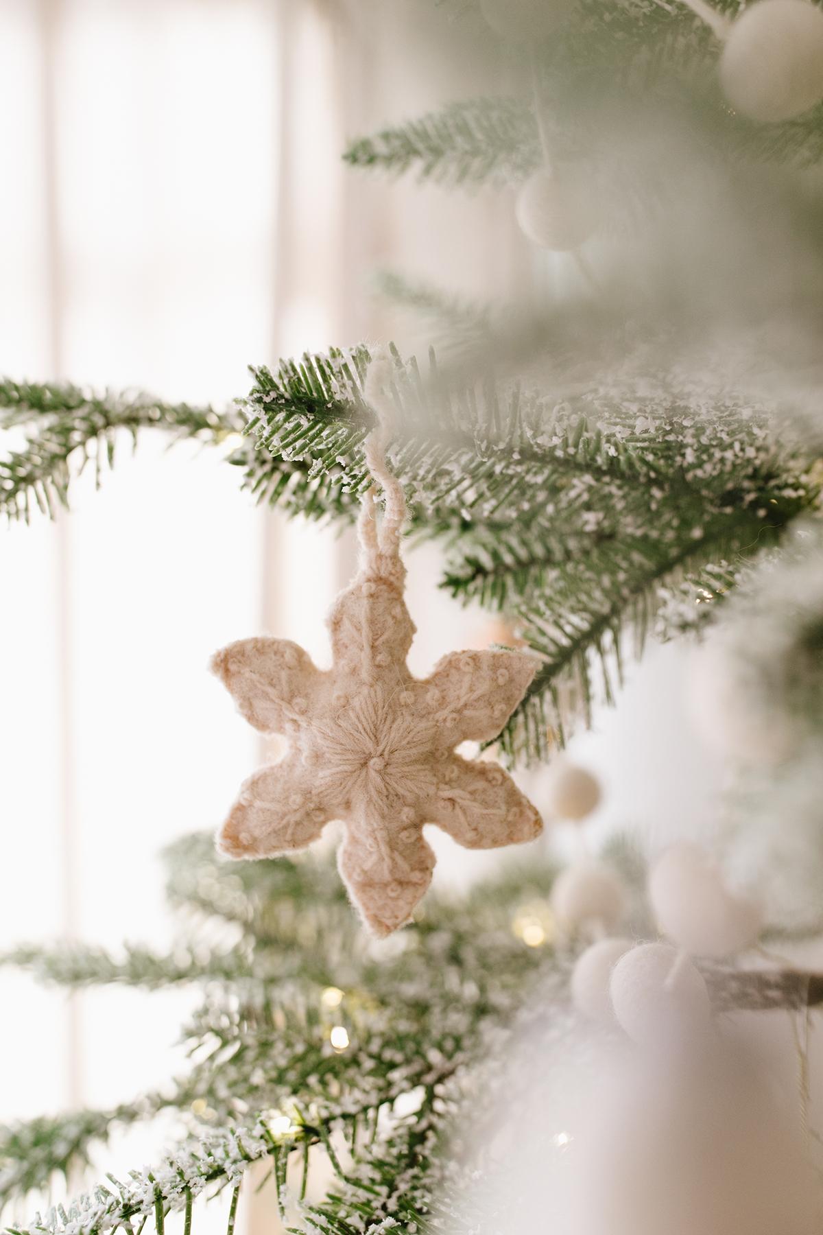 décor de salon de vacances de Noël confortable avec caisse et baril | coco kelley
