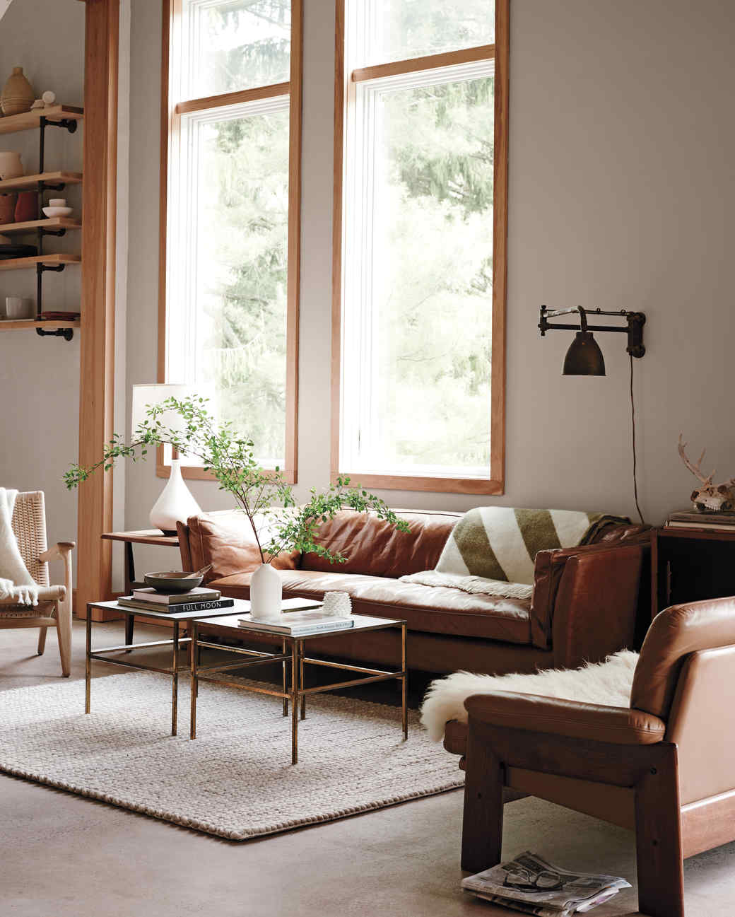 salon confortable avec canapé en cuir et neutres | Coco Kelley