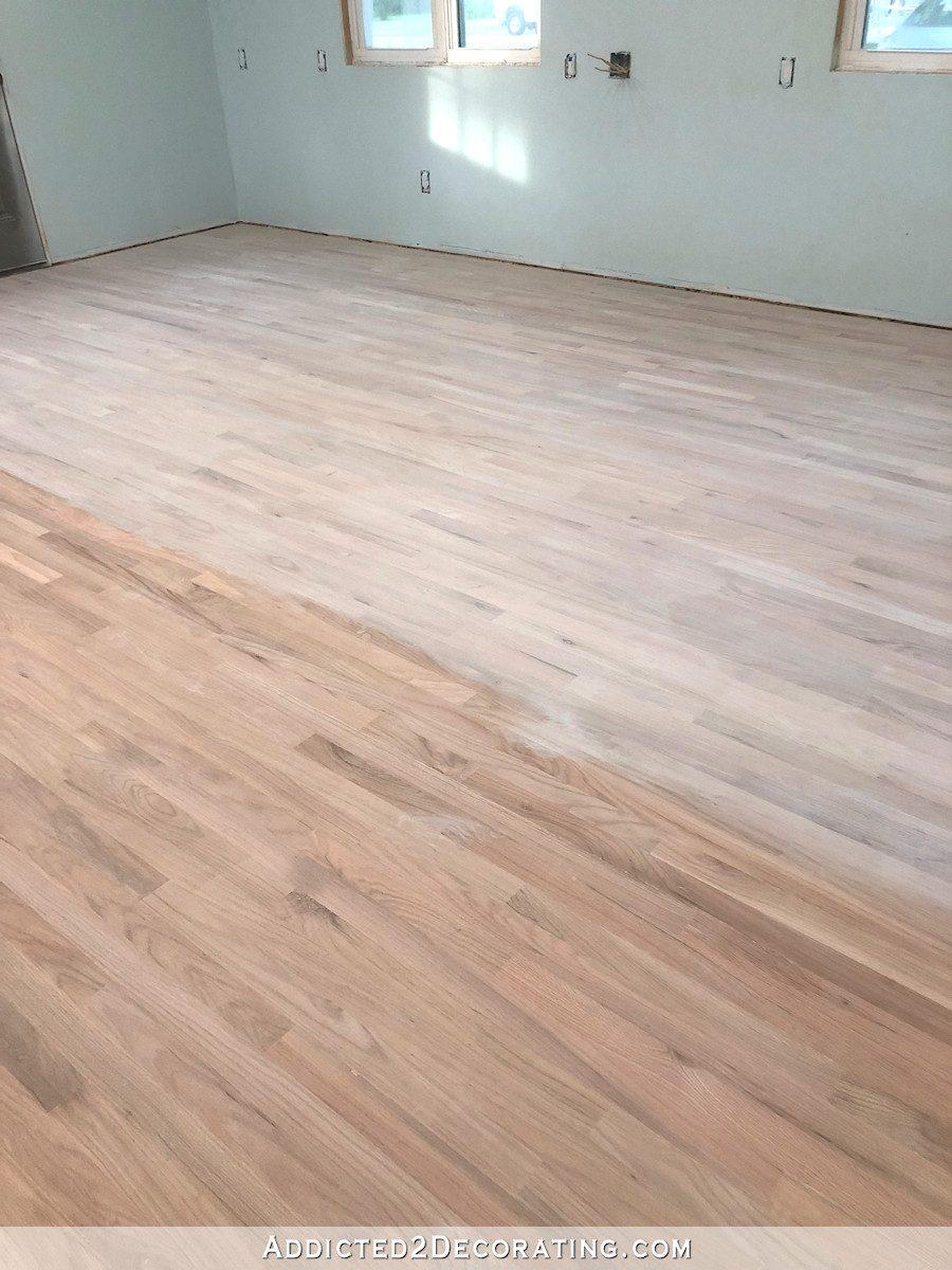 Plancher de bois franc en chêne rouge Studio pendant le processus de blanchiment