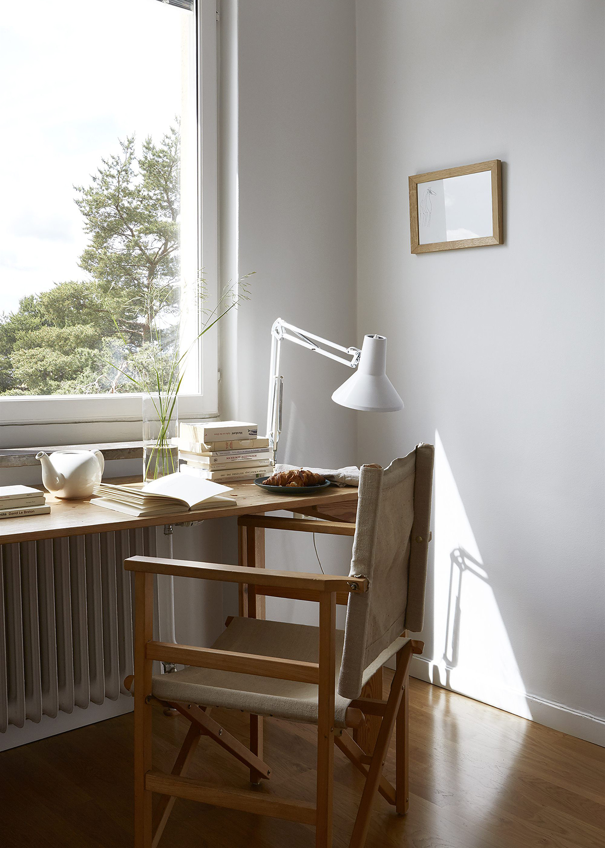 bureau de bureau à domicile avec fenêtre