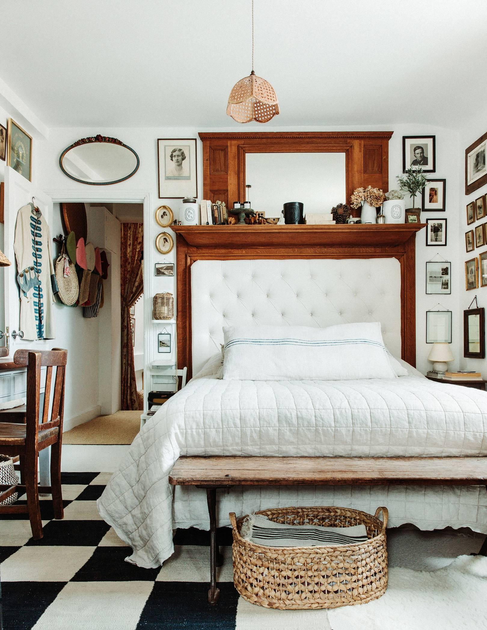 un grand lit dans une petite chambre avec plein de petites collections | visite de la maison éclectique romantique de dent violette