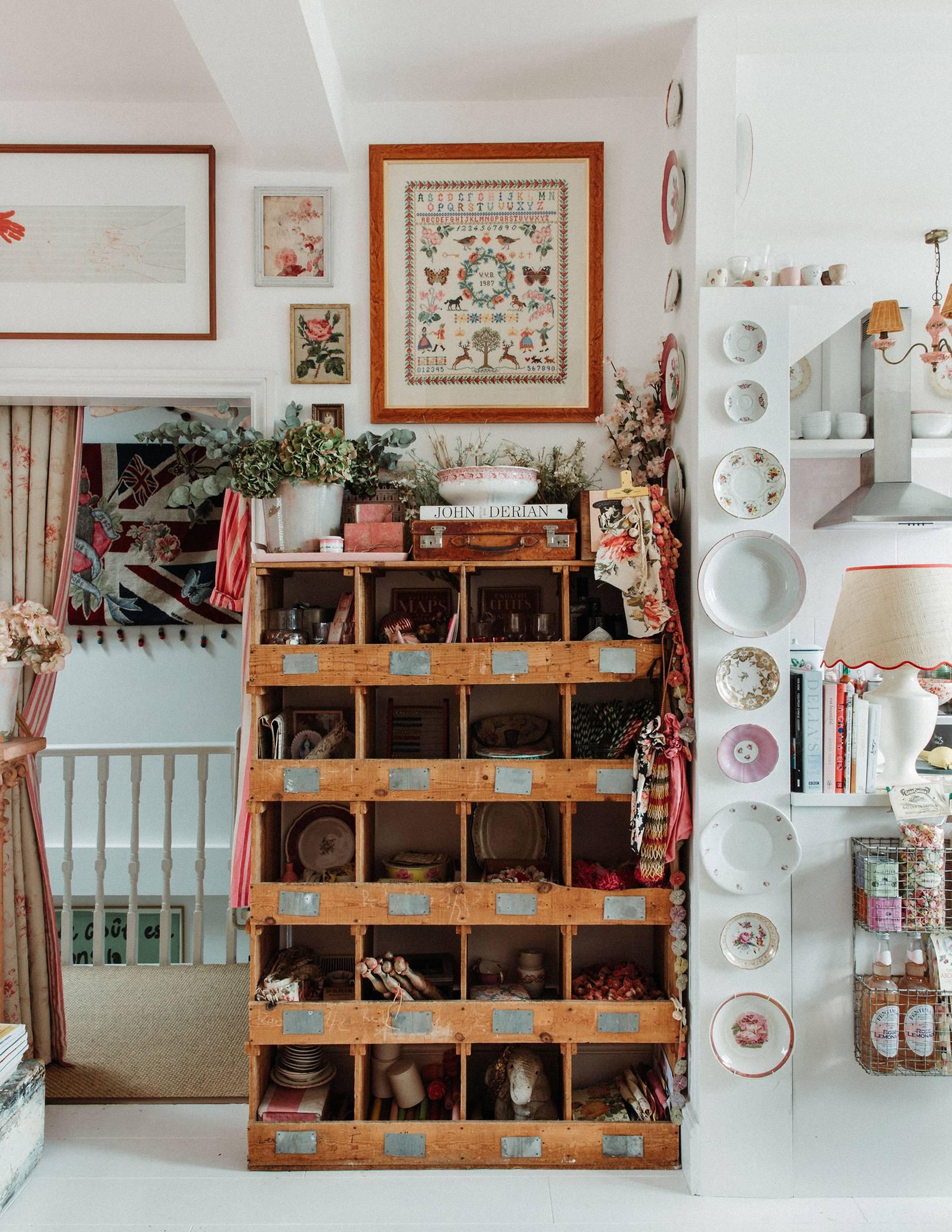 un meuble de rangement vintage fournit une maison pour les morceaux et les boules | visite de la maison de la dent violette