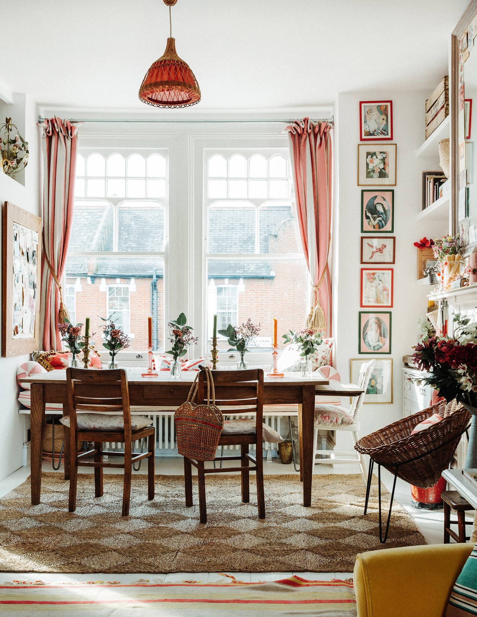 salle à manger shabby chic fraîche avec rideaux rayés et bois en couches | visite de la maison de la dent violette