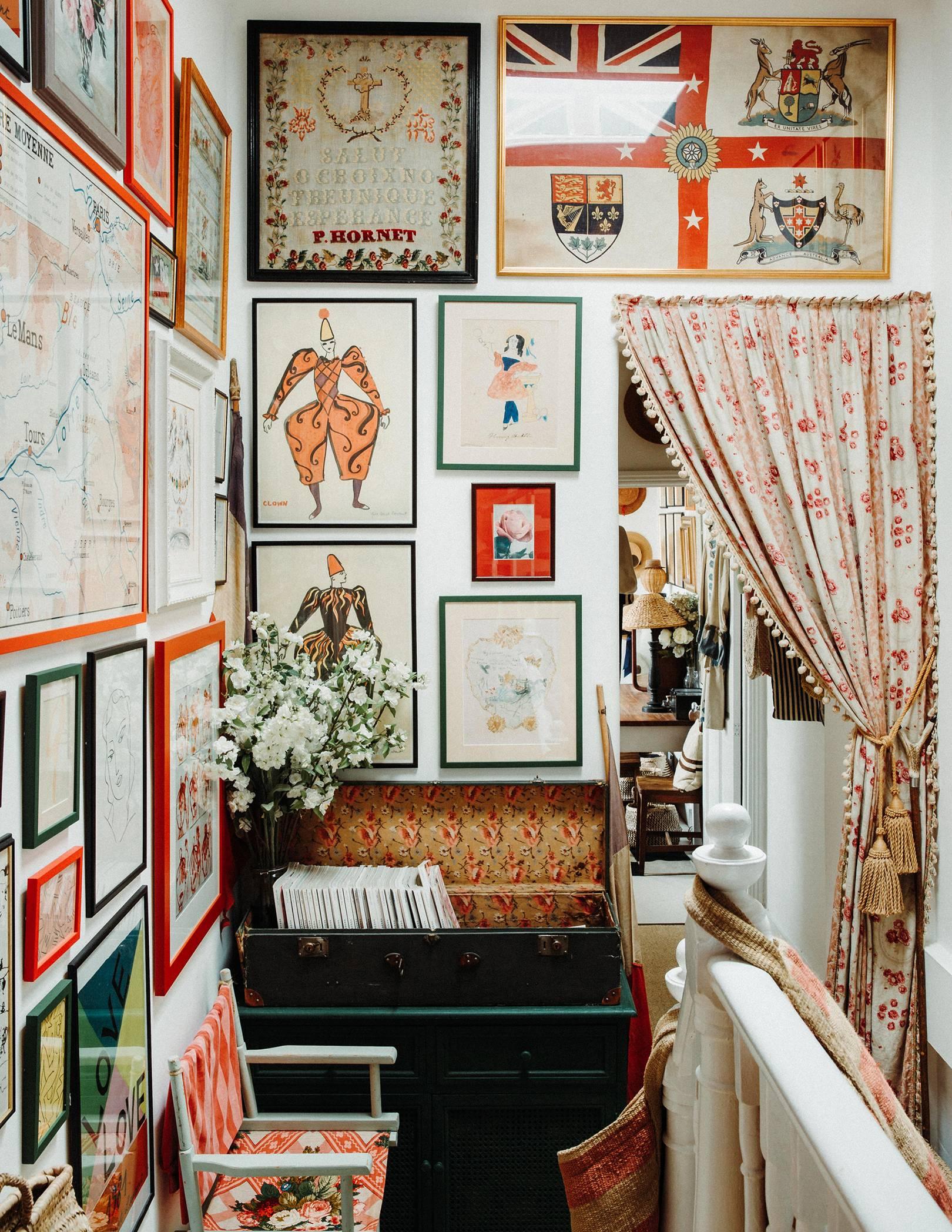 couloir amusant rempli de style art granny chic | visite de la maison de la dent violette