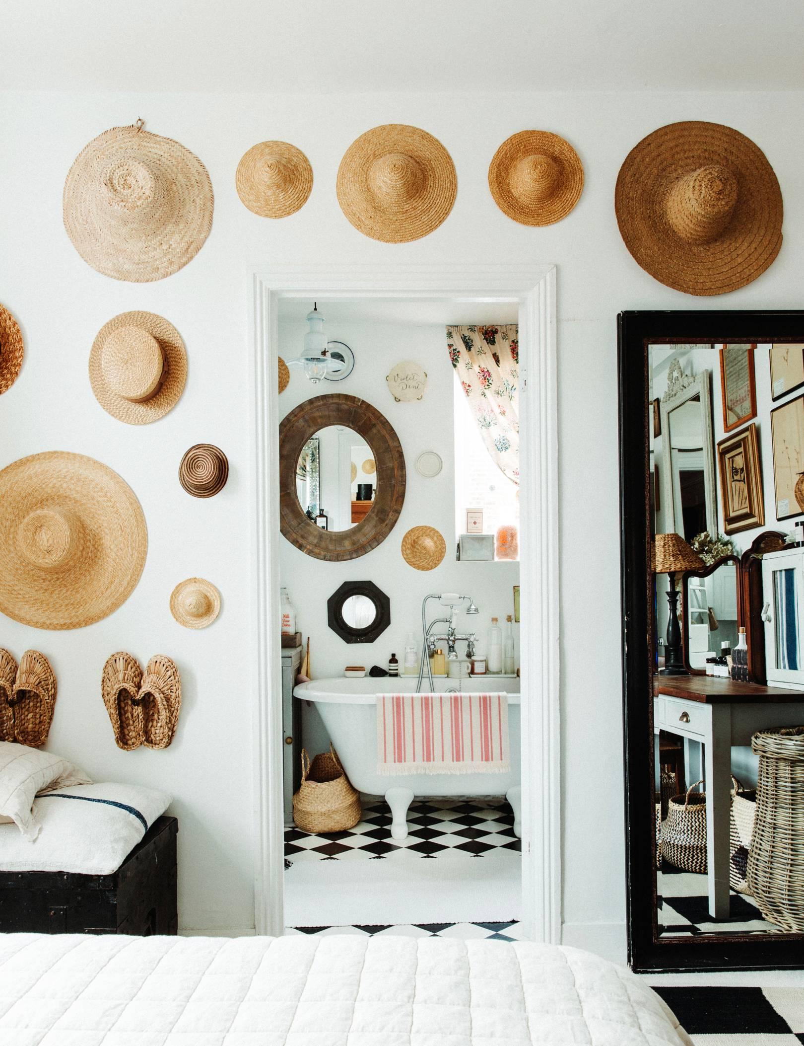 collection de chapeaux sur les murs | Visite romantique de la maison éclectique de Violet Dent