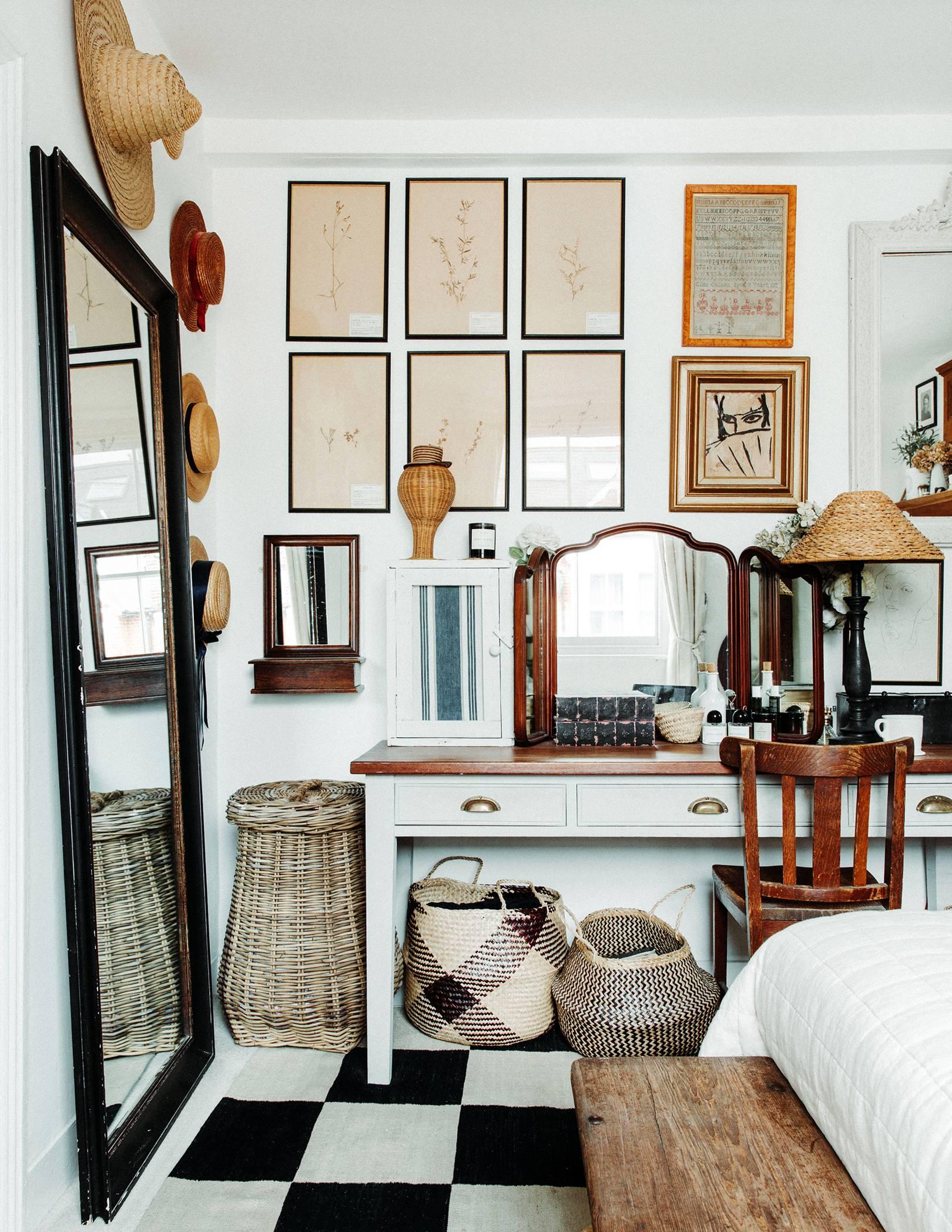 l'art et la texture en couches dans une petite chambre | visite de la maison de la dent violette