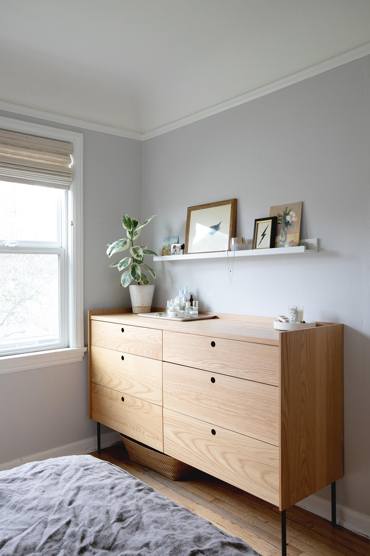 murs lilas et bois chaleureux s'équilibrent dans cette minuscule métamorphose de la chambre principale