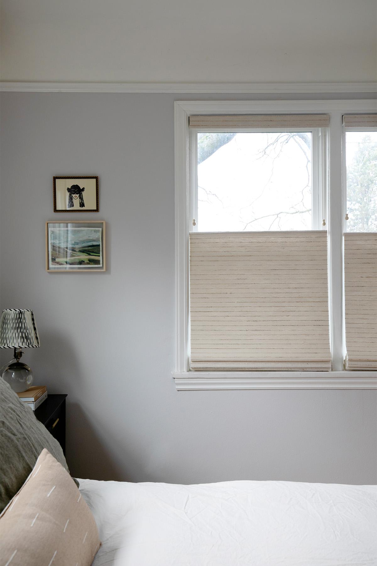 un style minimal et une couleur de mur calme donnent à cette rénovation de la chambre une ambiance zen