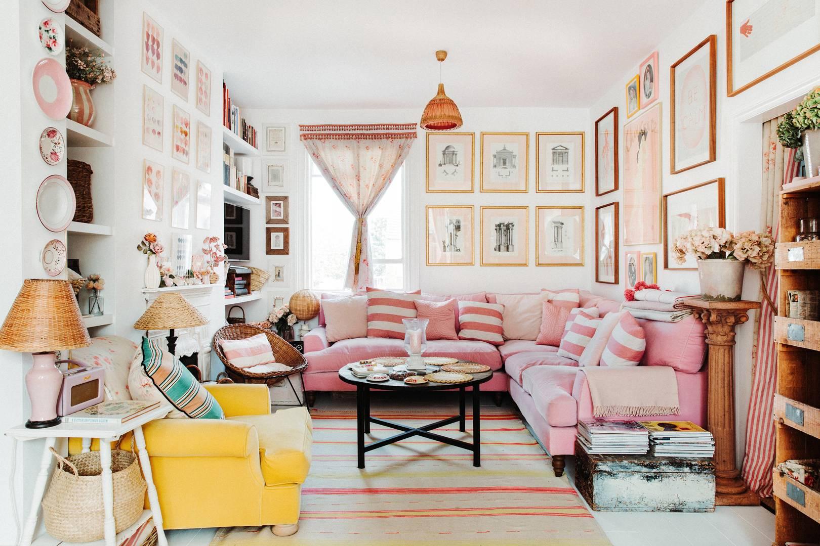 salon féminin rose et jaune | visite de la maison éclectique romantique de dent violette