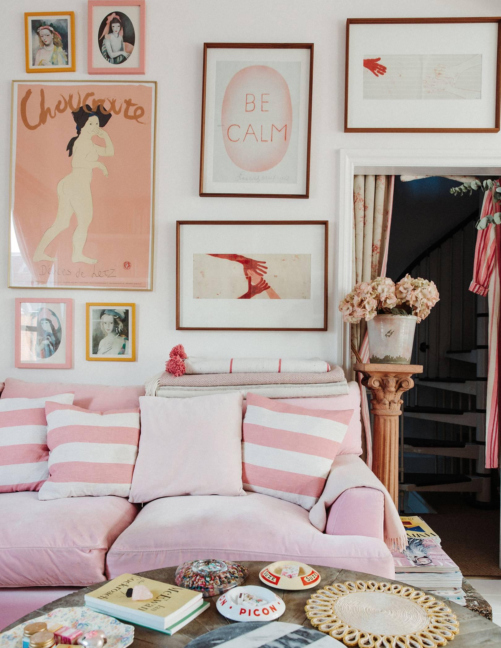 rayures roses et art girly | visite éclectique de la maison romantique de dent violette