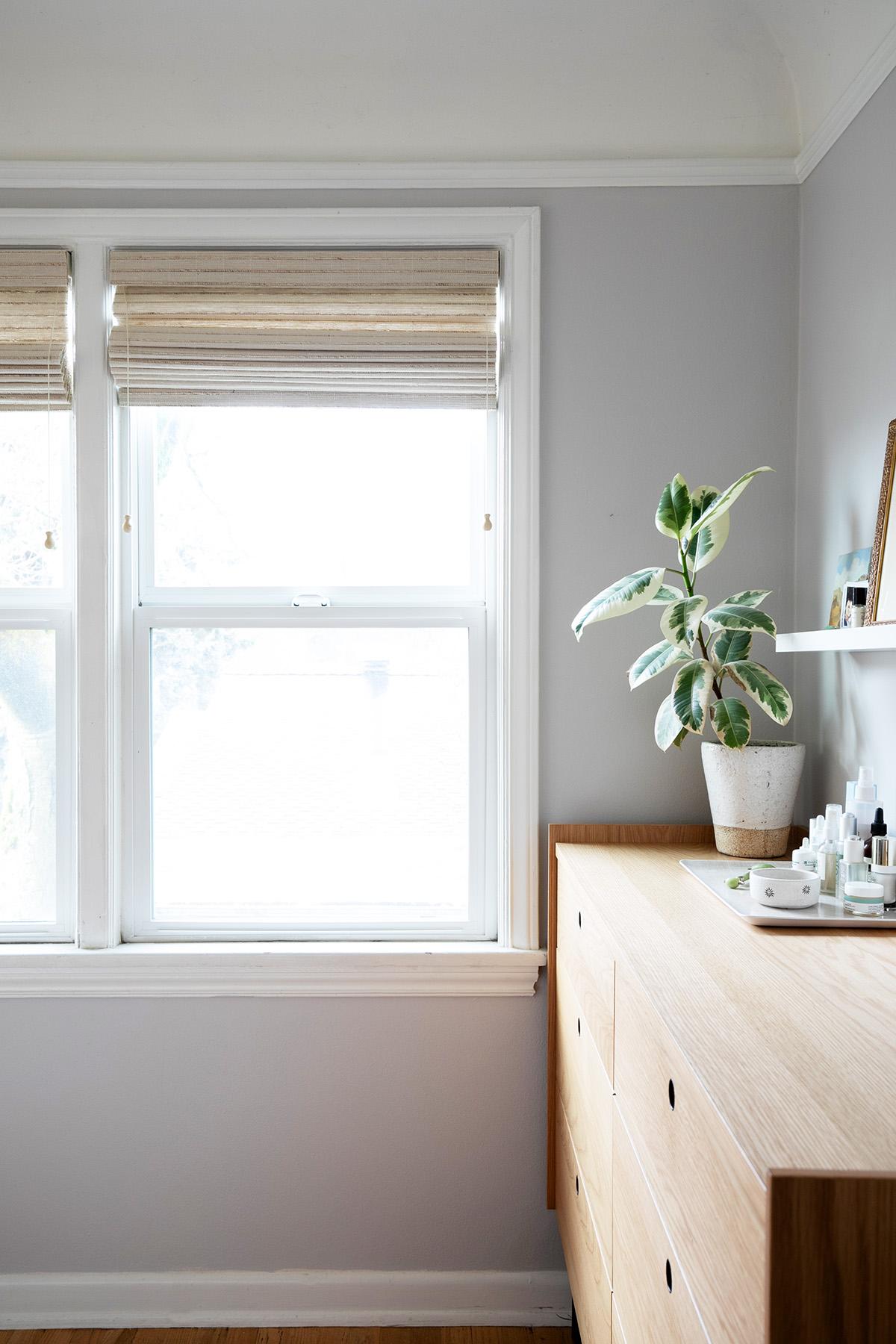 la couleur de la peinture et les traitements des fenêtres mis à jour ont totalement changé cette minuscule chambre des maîtres